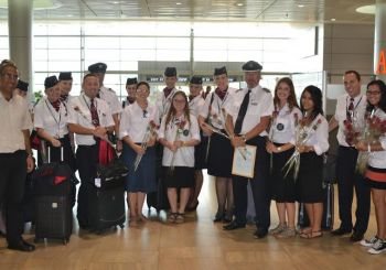 Members of Bnei Akiva youth movement, welcome, thank flight crews for coming to Israel. (photo credit:DANIEL WINER)