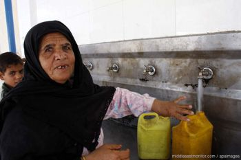 b_350_0_16777215_00_http___www.middleeastmonitor.com_images_article_images_middle-east_palestinian-lady-filling-a-water-bottle-in-gaza.jpg